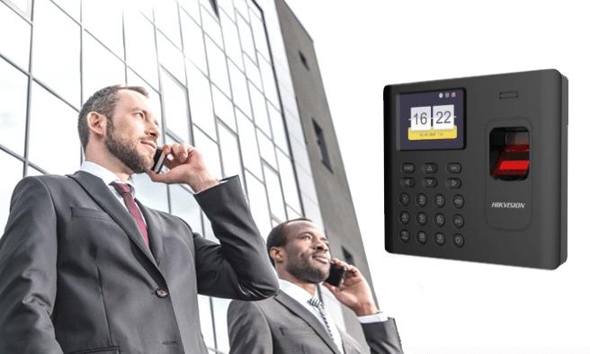 Darba laika uzskaites sistēma, birojs, vīrieši uzvalkos runā pa telefoniem