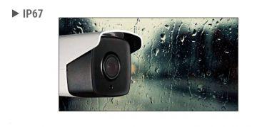 Hikvision videonovērošanas kamera, fonā logs, aiz kura līst lietus.